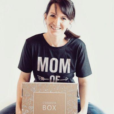 Csinianya BOX anyuka kezében